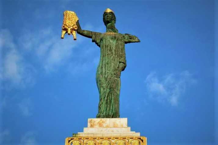 Памятник Медее в историческом центре Батуми